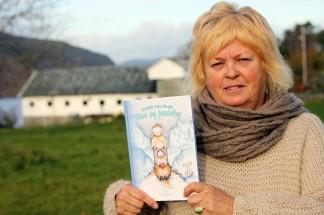 Liv Bodil Førre Skogstø debuterer som barnebokforfattar med «Olav og bestefar». Boka er illustrert av Lena Botne, og utgjeven av Hetland Media. (Foto: Morten Hetland/Hetland Media)
